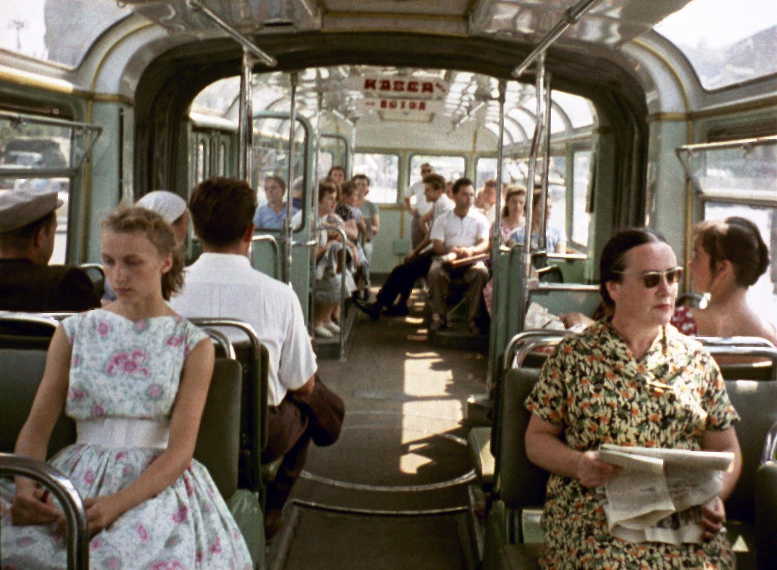 1961. В городском троллейбусе. Кадр из документального фильма «Город большой судьбы» (реж. И.П. Копалин, ЦСДФ, 1961)