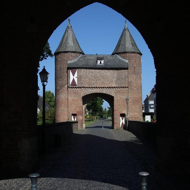 Blick durch das Klever Tor zum Eulenturm (Xanten)