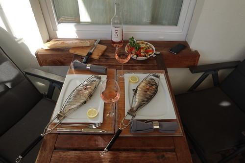 Gegrillte Doraden mit mediterranem Gemüse und Baguette (Tischbild)