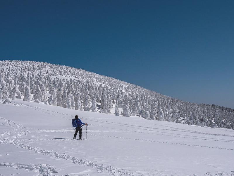 冬の西吾妻山に立つ