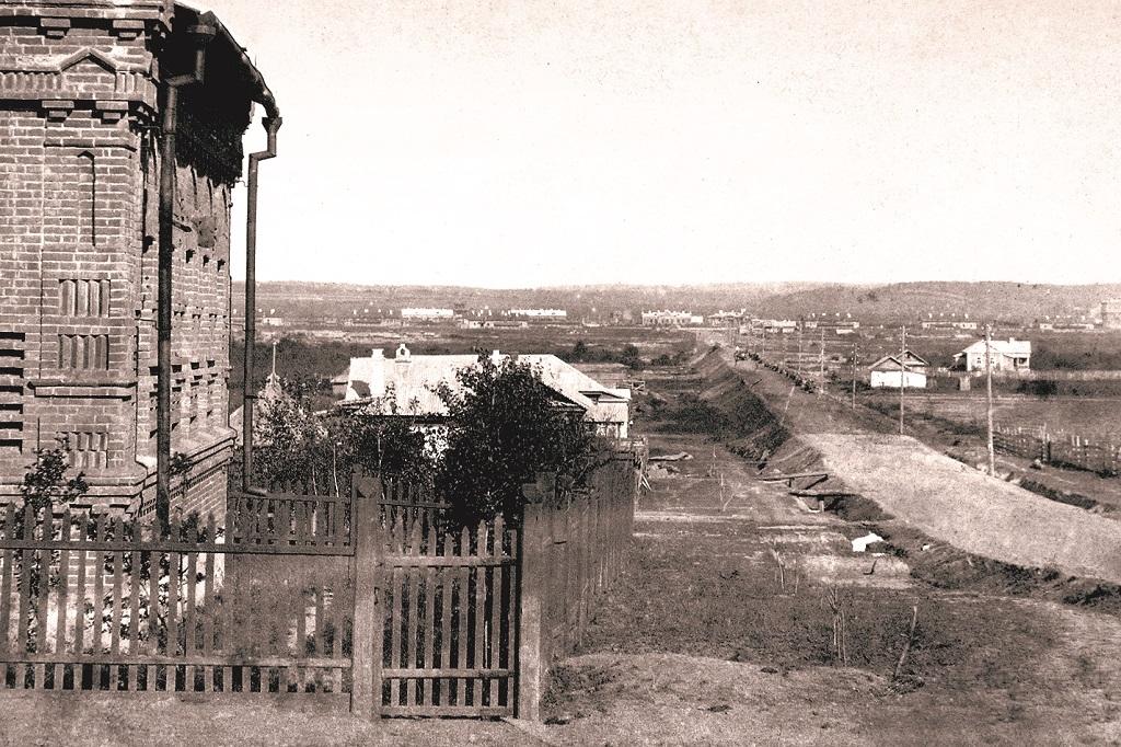 Вид на первый железнодорожный вокзал и рабочий посёлок. 1893