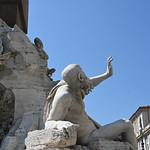 Alors que le Rio de la Plata lève la main pour conjurer la chute de la façade de l'église ...