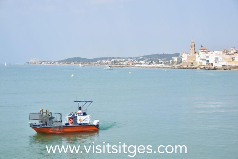Embarcación de limpieza de plásticos en el litoral de Sitges verano 2021