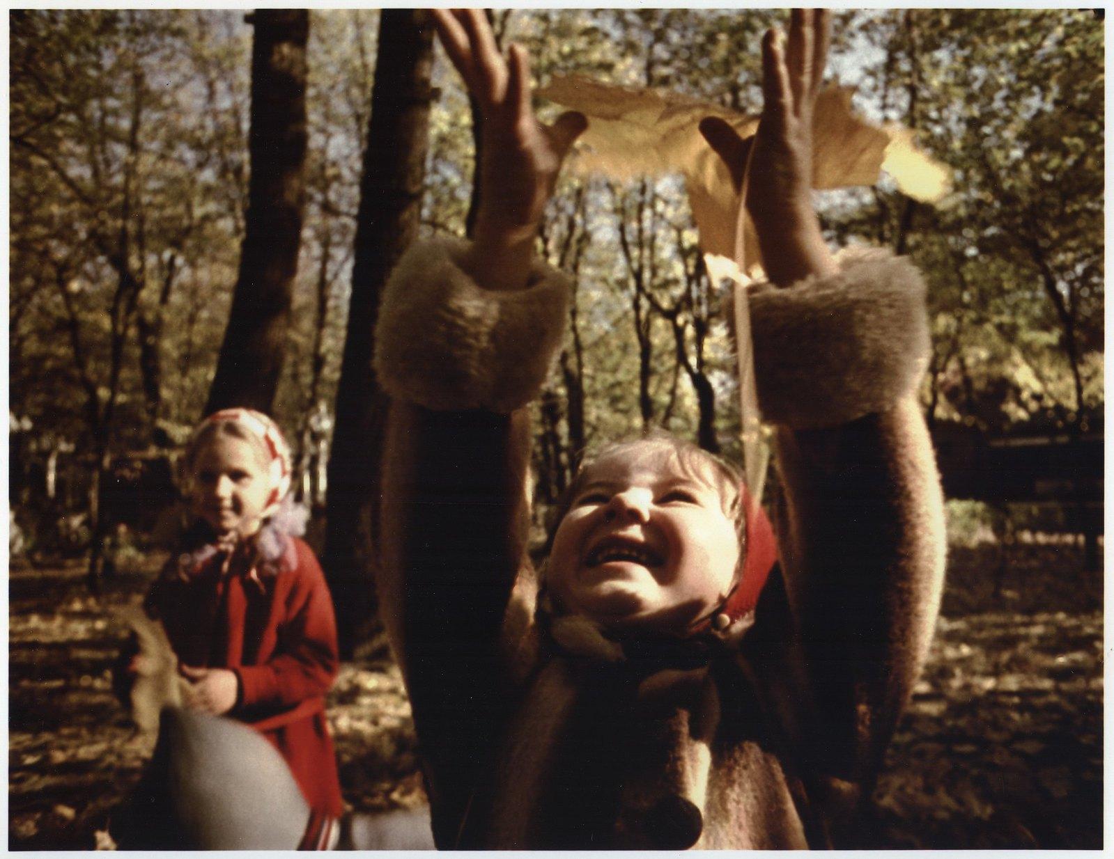 1964. Дети в осеннем парке