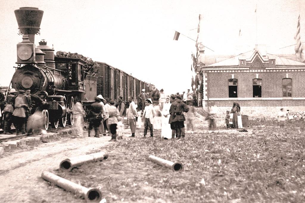 Жители села Никольского встречают первый поезд из Владивостока. 1893