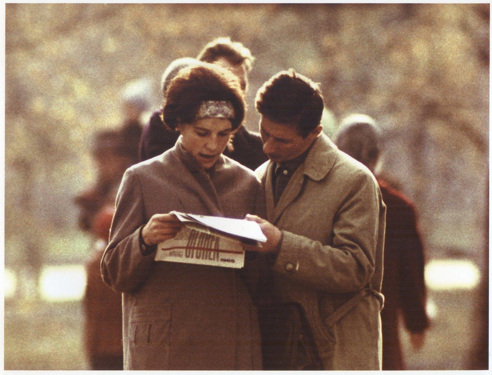 1965. За чтением журнала «Огонек»