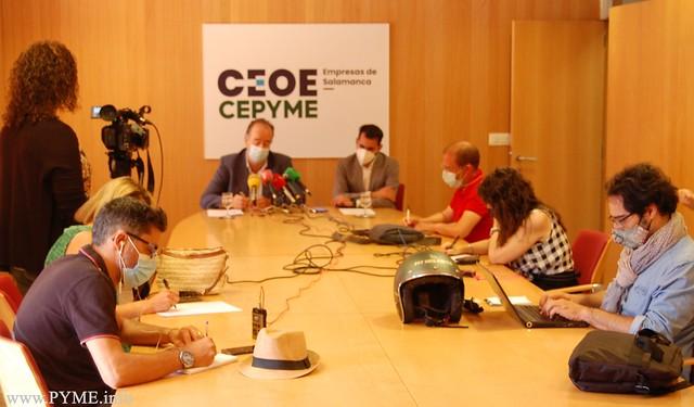 Juan Manuel Gómez, presidente de CEOE CEPYME Salamanca, junto a Víctor Yenes, secretario general de la patronal salmantina, durante la rueda de prensa