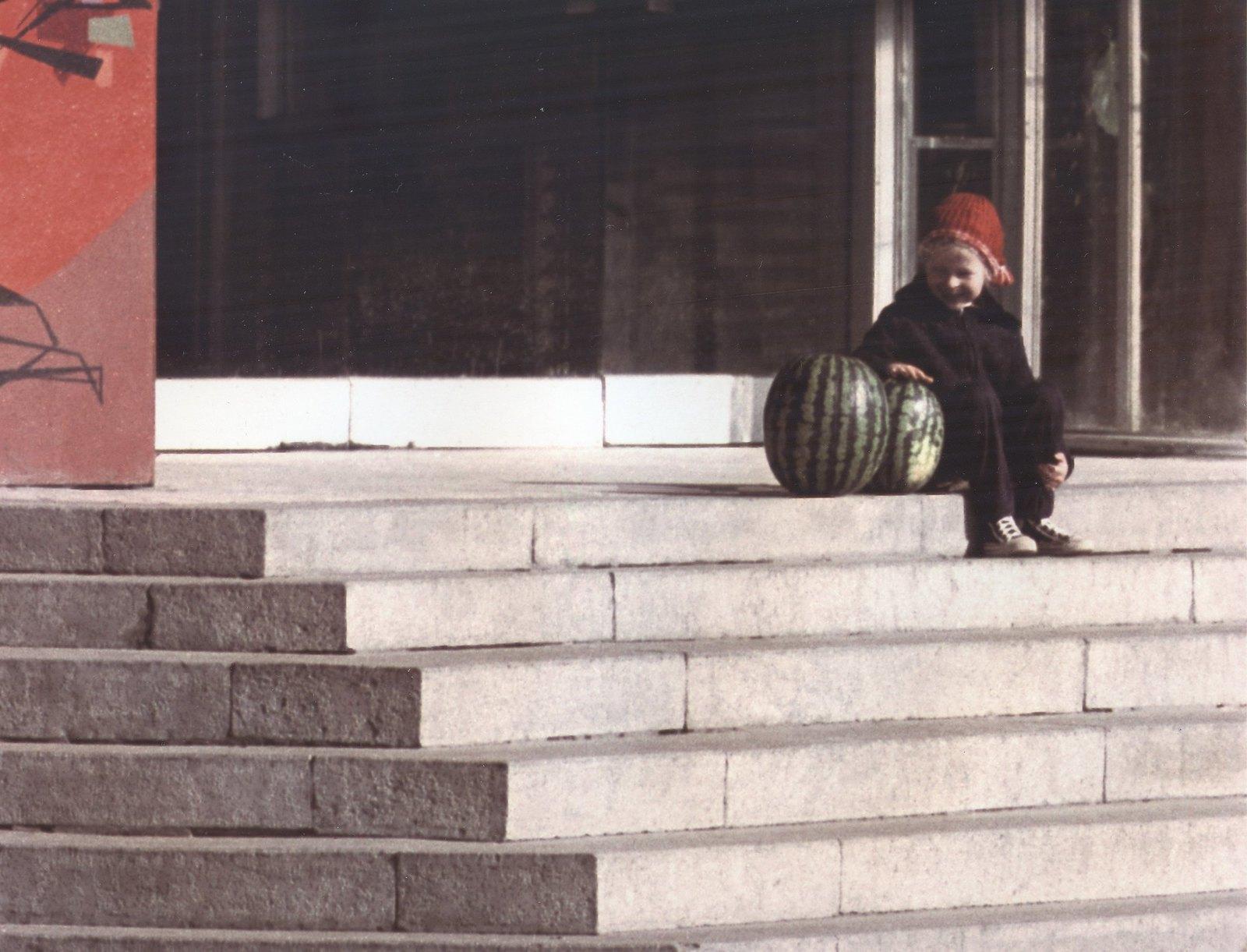 1964. Девочка с арбузами