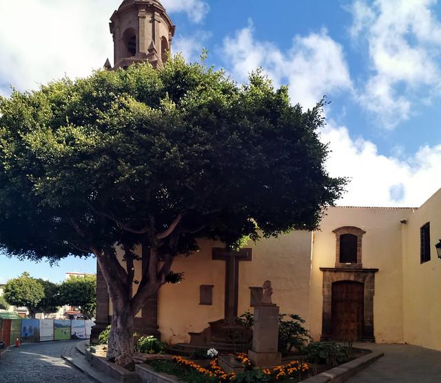 escultura a Pedro Gordillo y Ramos exterior Iglesia Matriz de Santa María de Guía Gran Canaria