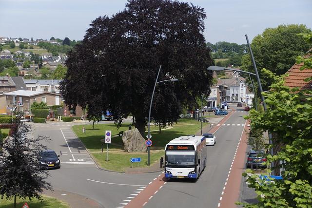 Arriva Limburg 9169  met kenteken 29-BHV-8 is net vertrokken als lijn 47 naar Gulpen vanaf halte Oranjeplein in Simpelveld 15-06-2021