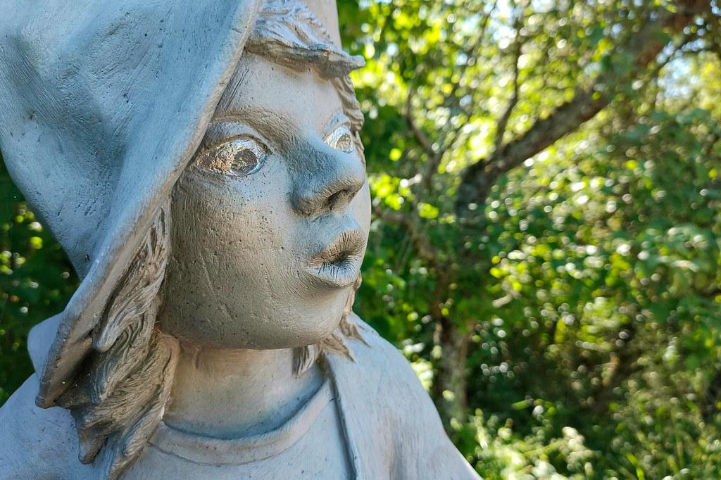 Die kleine Hexe, gestaltet von Stefanie Neumann 2008, gestiftet von der Theatergruppe Wöllstein - Hiwweltour Heideblick