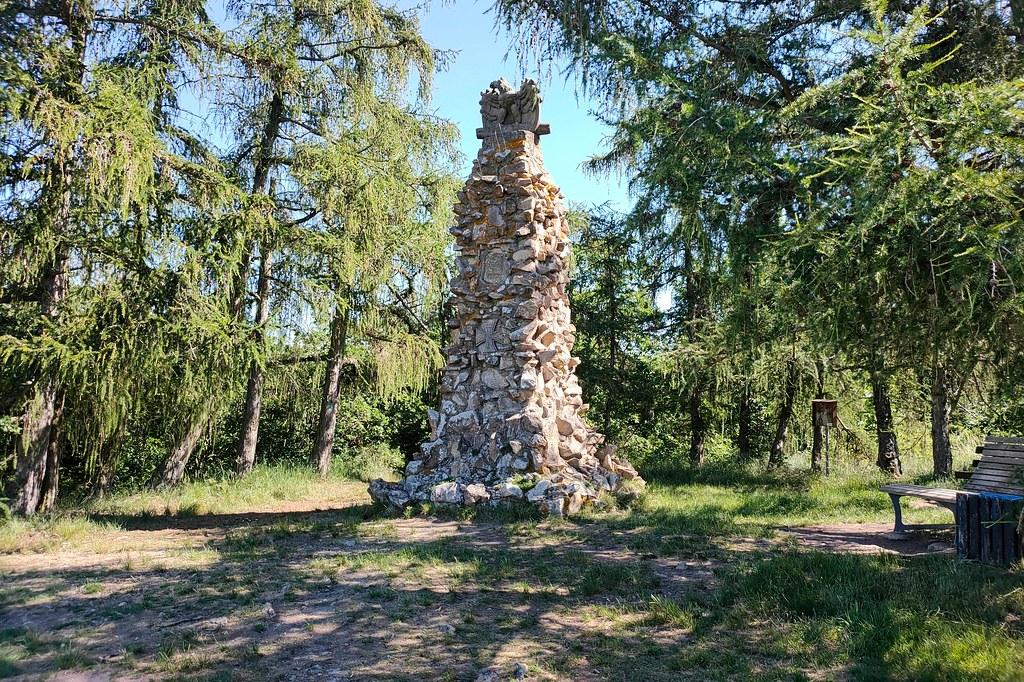 Adlerdenkmal an der Hiwweltour Heideblick