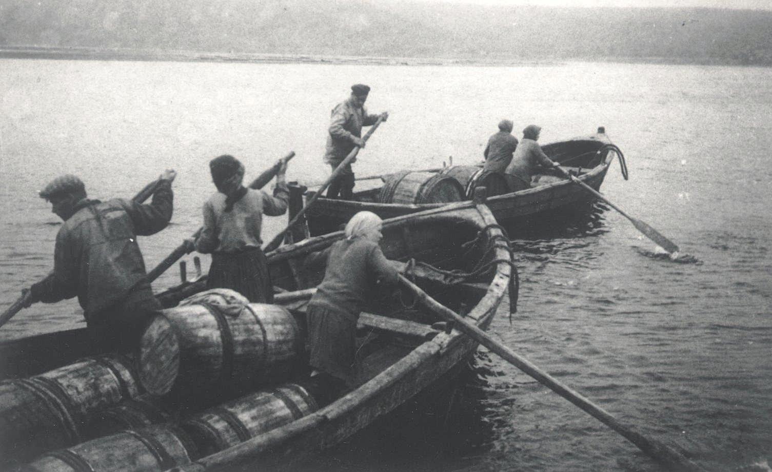1926-1927.  Отплыв из летней Золотицы. Лодки, нагруженные рыбой. Север