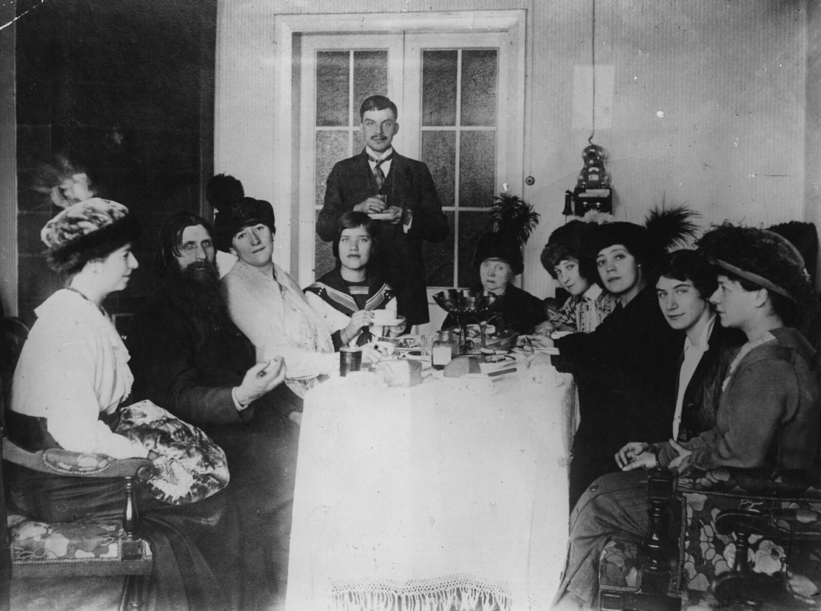 1911. Григорий Распутин в кругу своих родных, близких, поклонниц и почитателей