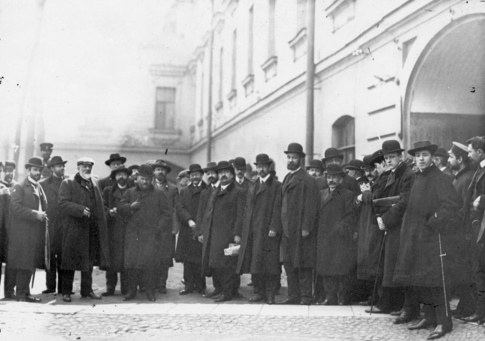 1906. Группа депутатов Первой Государственной думы, осужденных на 3 месяца тюремного заключения за подписание Выборгского воззвания, во дворе тюрьмы.