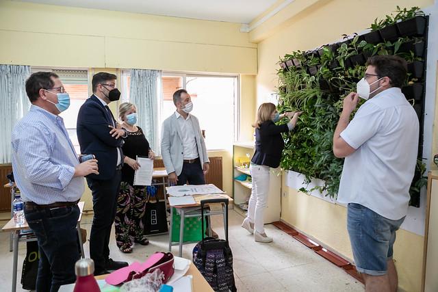 """Los viceconsejeros de Medio Ambiente y de Educación entregan el premio del concurso """"Supercirculares: Economía Circular en tu centro educativo"""""""