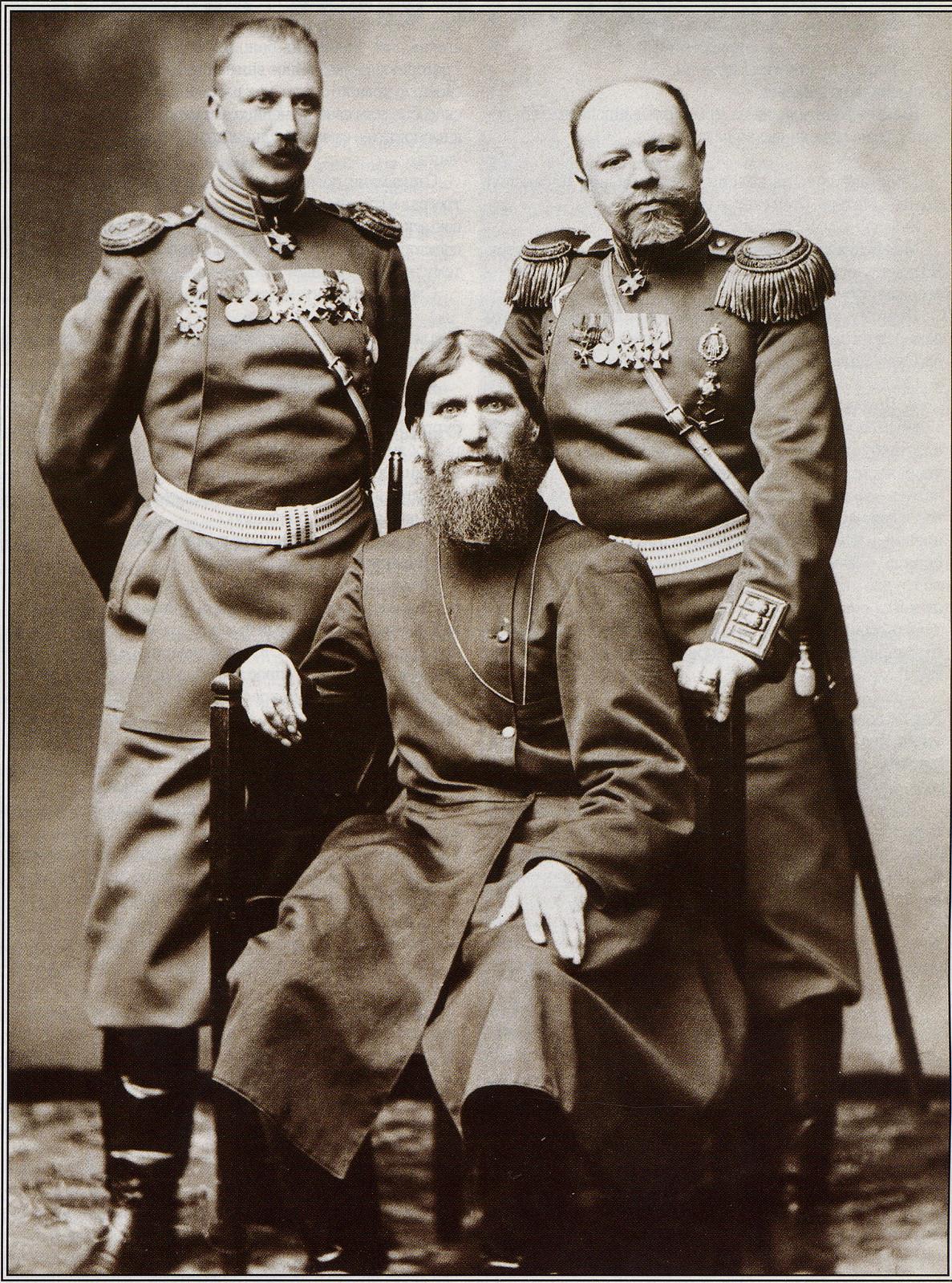 1905. Г.Е. Распутин с генерал-майором князем М.С. Путятиным и полковником Д.Н. Ломаном