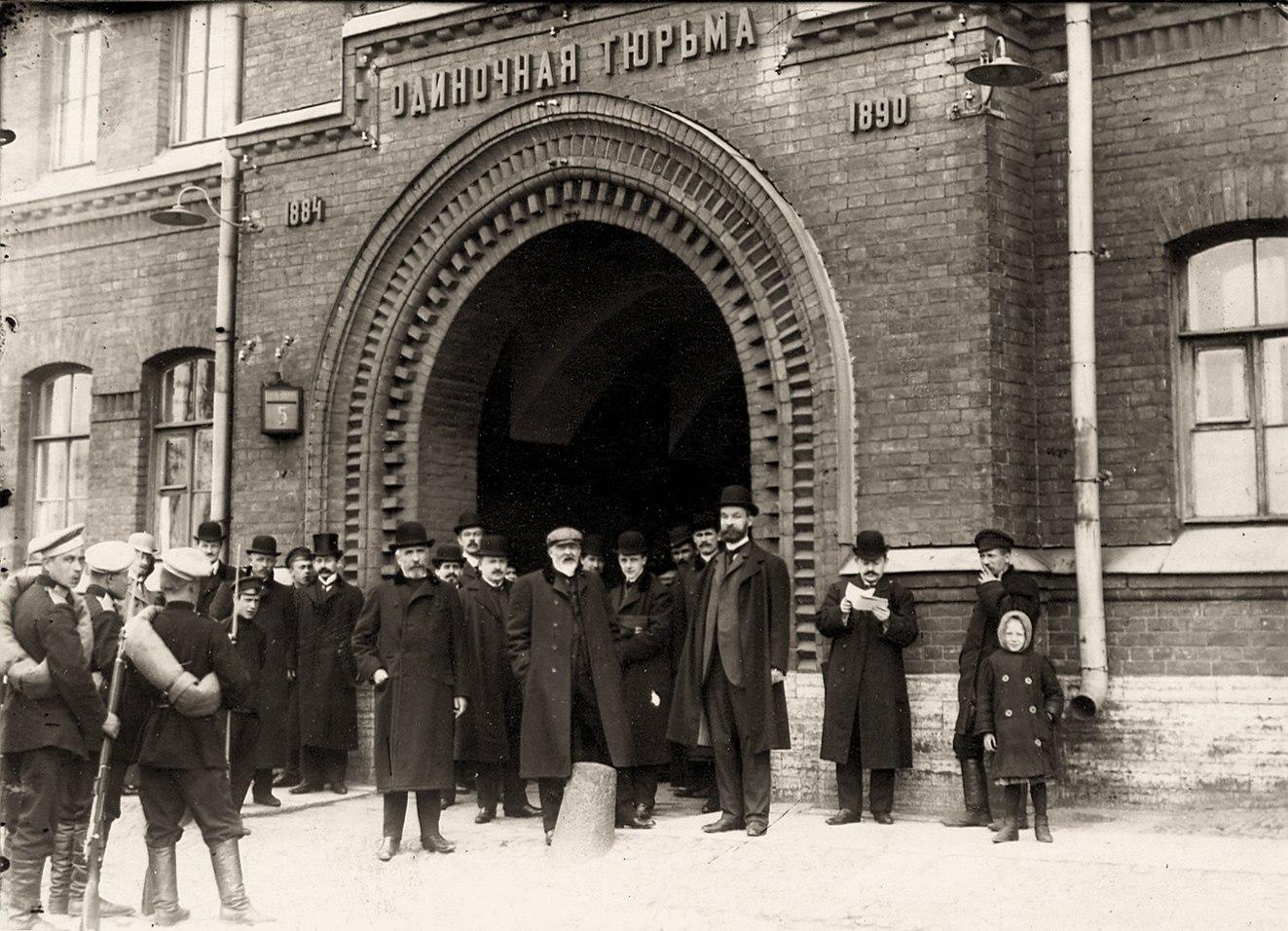 1906. Группа депутатов Первой Государственной думы, осужденных за подписание Выборгского воззвания на 3 месяца тюремного заключения, у ворот тюрьмы Кресты