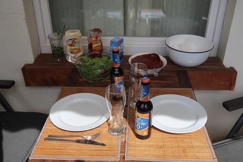 Grillen und Frittieren auf unserem Balkon (Tischbild)