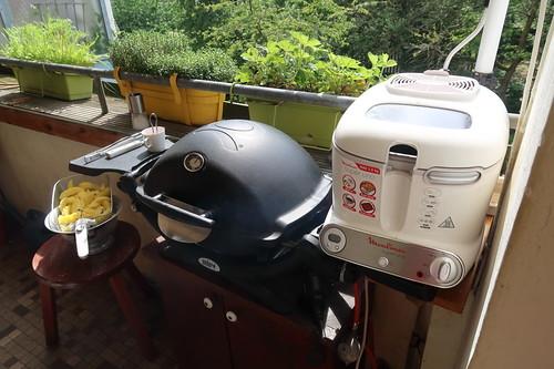 Grillen und Frittieren auf unserem Balkon (Grill und Fritteuse)