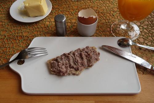 Grobe Leberwurst auf Knust von hellem Dinkel-Roggen-Brot