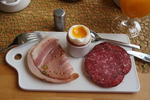Rollbraten und Mettwurst mit Pfefferrand auf hellem Dinkel-Roggen-Brot zum Frühstücksei