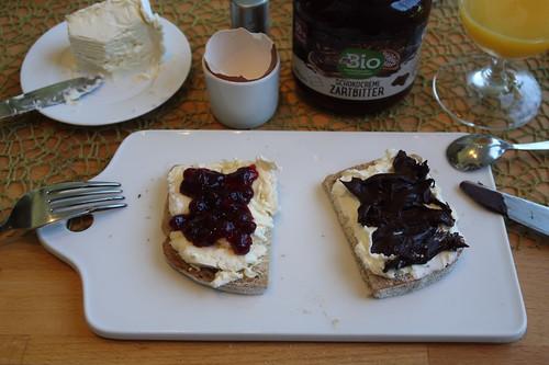 Délice de Bourgogne mit Preiselbeeren und Frischkäse mit Schokocreme auf hellem Dinkel-Roggen-Brot