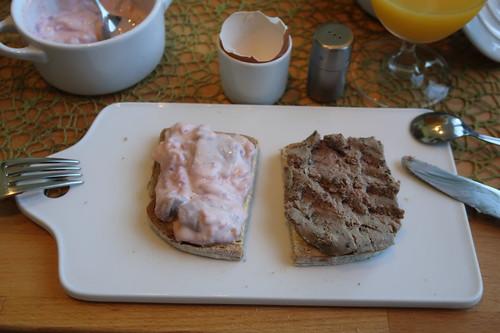 Sherryhering in Joghurtsoße und grobe Leberwurst auf hellem Dinkel-Roggen-Brot