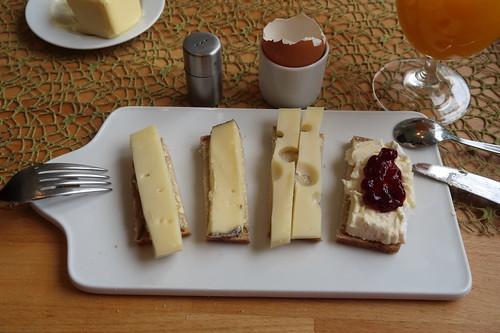 Stilfser, Tomme du Maquis, Dolomitenkönig und Délice de Bourgogne mit Preiselbeeren auf hellem Dinkel-Roggen-Brot