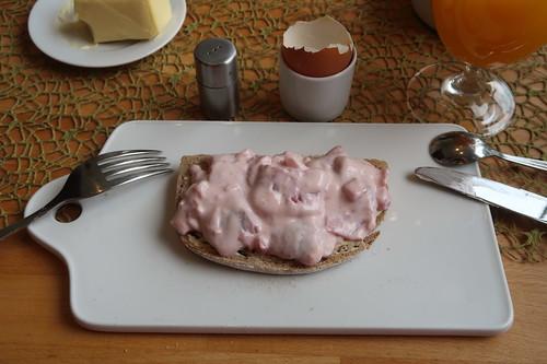 Sherryhering in Joghurtsoße auf hellem Dinkel-Roggen-Brot