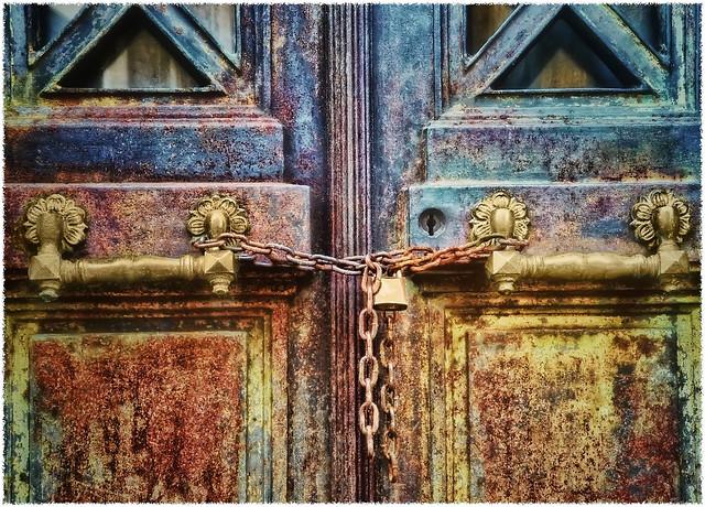 La Puerta de la Cripta (The crypt door)    or