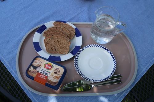 Frisch gebackenes Dinkelbrot mit rein pflanzlichem Schmalz als Mittagsimbiss