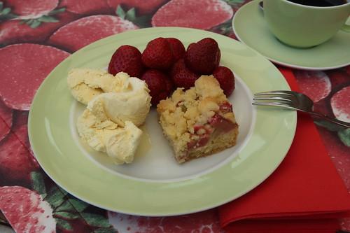 Vanilleeis und Erdbeeren zu Rhabarberblechkuchen