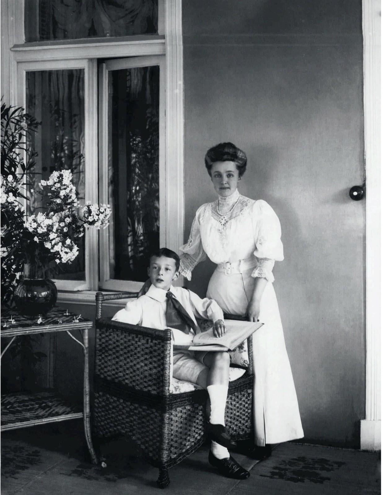 1907. Владимир Набоков со своей матерью Еленой Ивановной