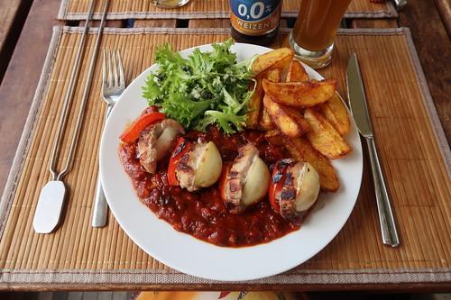 Schaschlikspieß mit Schaschliksoße zu frittierten Kartoffelspalten und Beilagensalat (mein Teller - nun ohne Spieß)