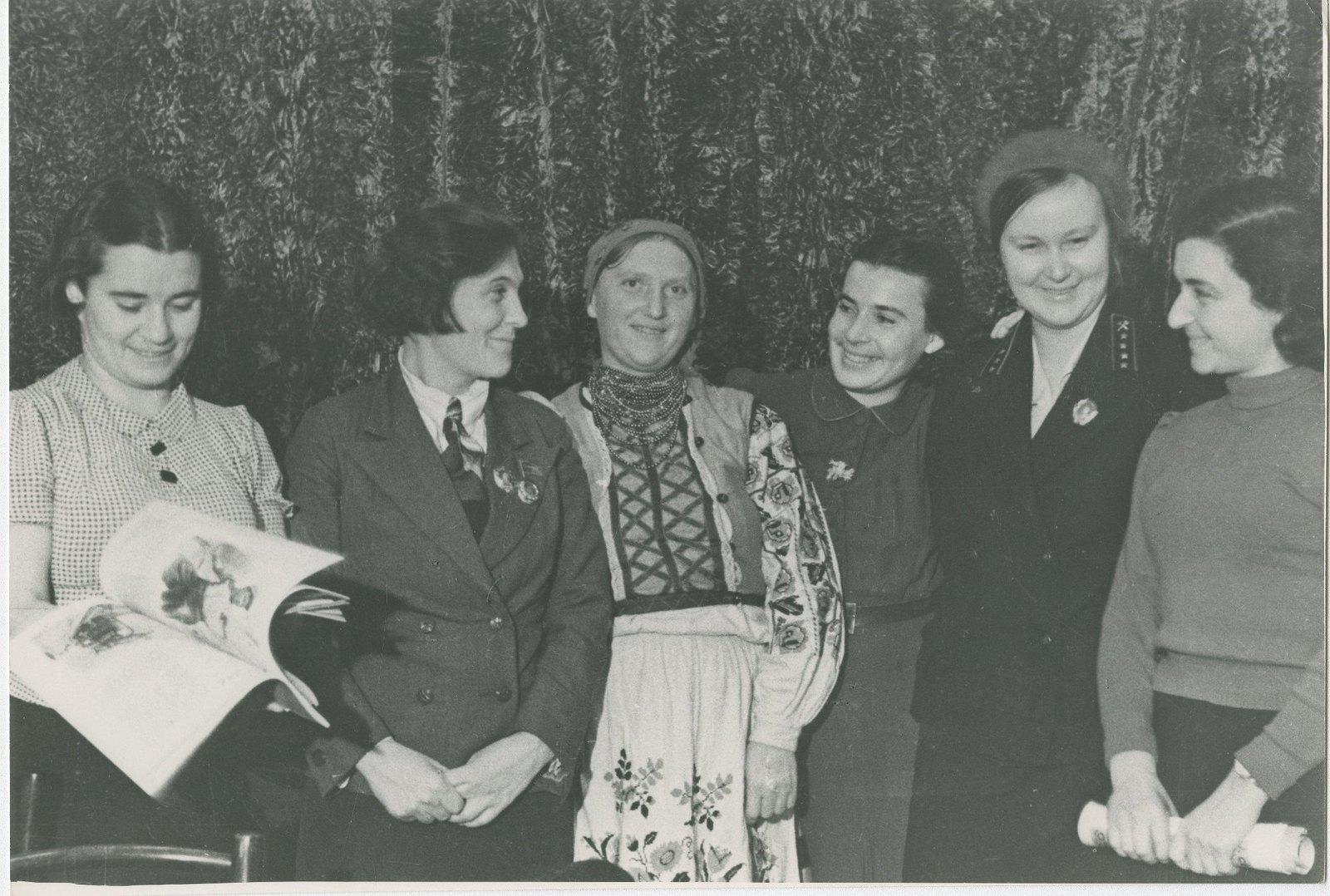 1936. Знатная трактористка Прасковья Ангелина (2-я слева) в перерыве совещания в ЦК ВЛКСМ. 14 июля