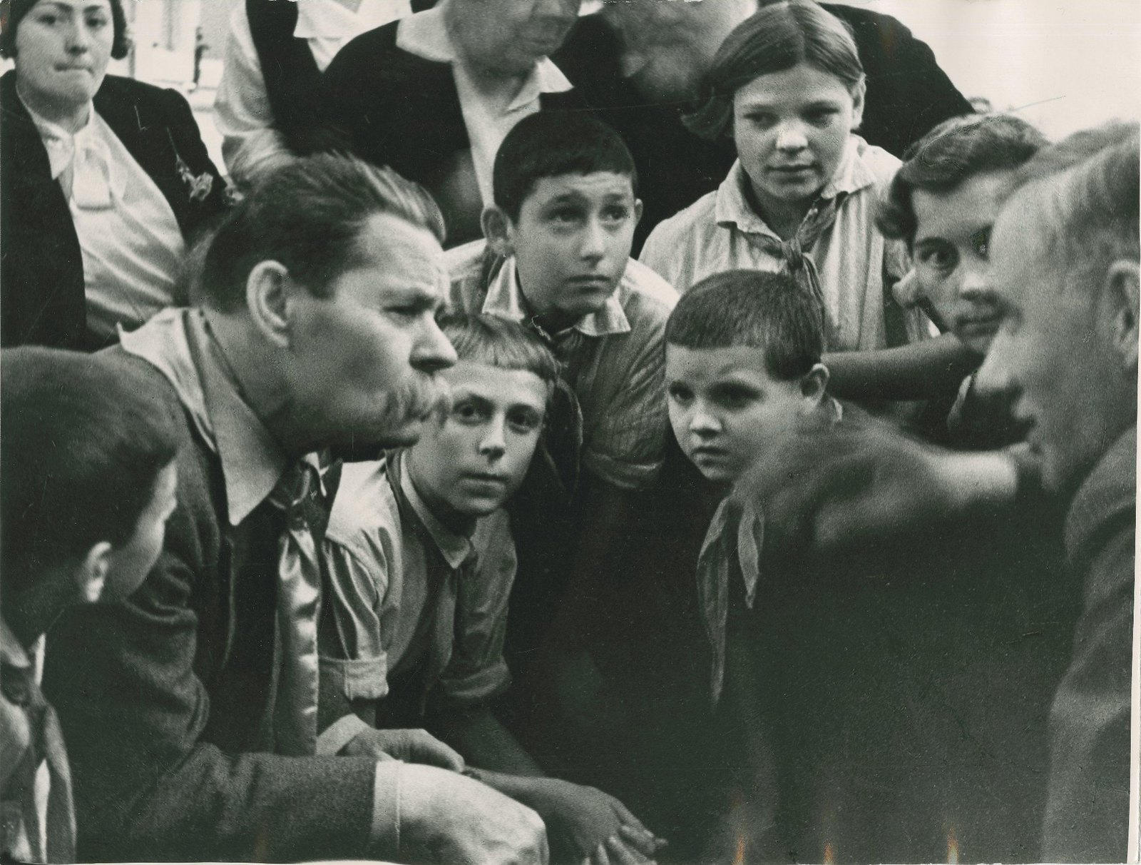 1934. Максим Горький с пионерами