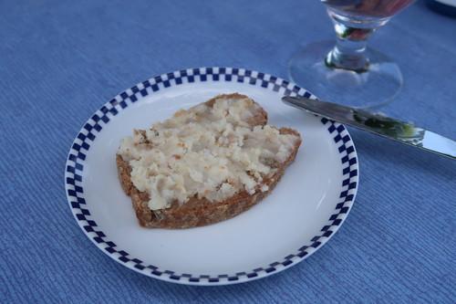 Frisch gebackenes Dinkelbrot mit rein pflanzlichem Schmalz (meine Scheibe)