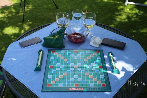 Wasser zu Scrabble-Partie im Garten