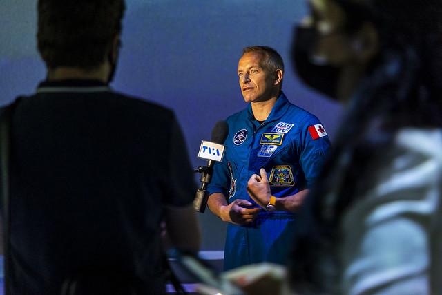 astronaut david saint-pierre oasis immersion by eva blue 20