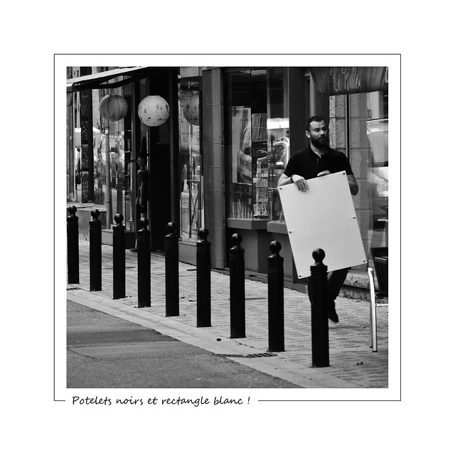 Black bollards and white rectangle ! / Potelets noirs et rectangle blanc !