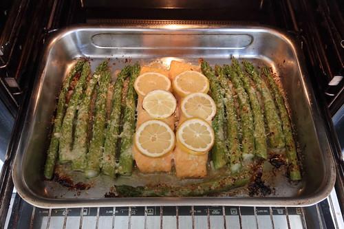 Lachsfilet und grüner Spargel in Honig Senf Marinade (nach 18 Minuten im Backofen)
