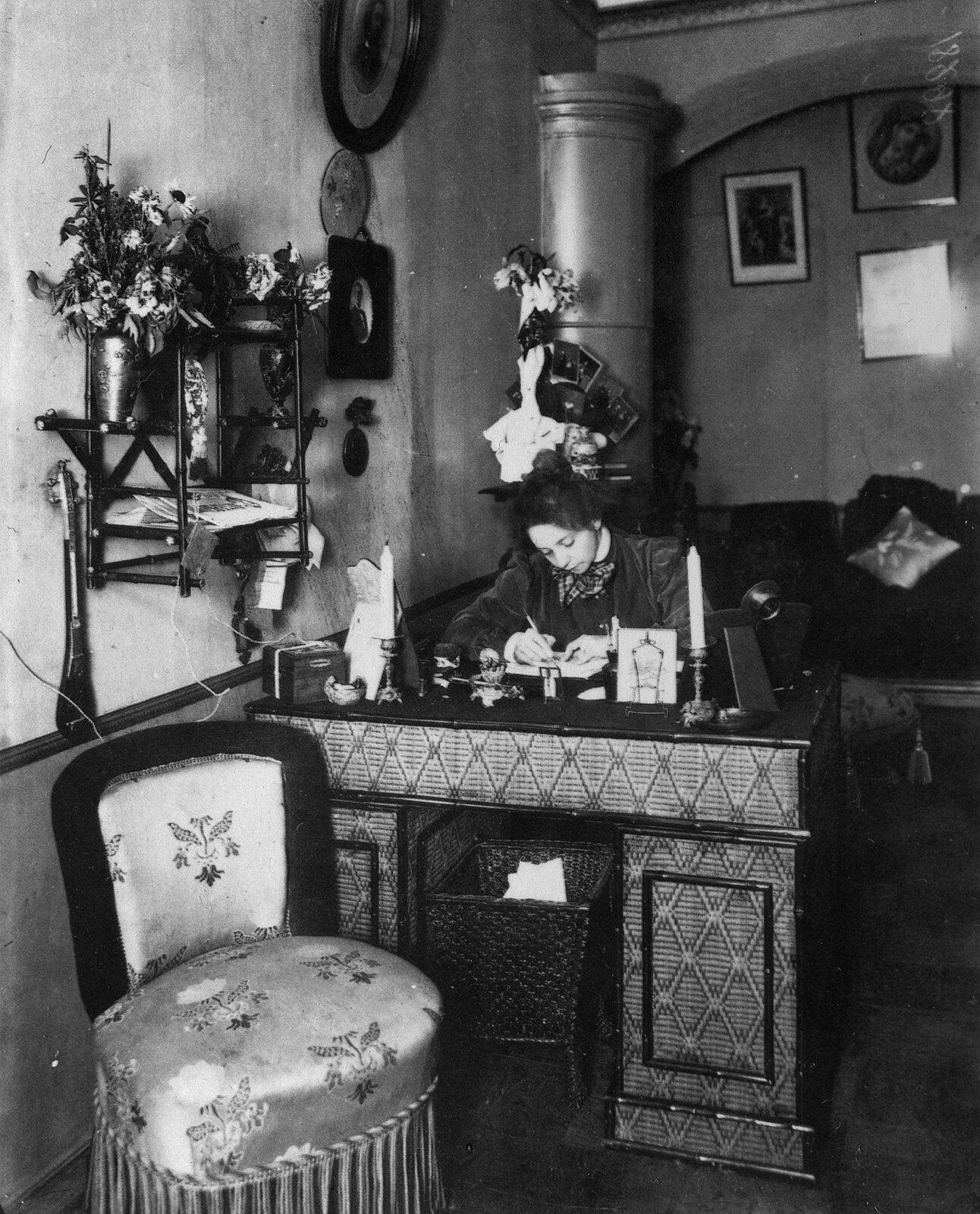 1908. Комиссаржевская Вера Фёдоровна в кабинете своей квартиры по Английскому проспекту д. 27 кв.7.