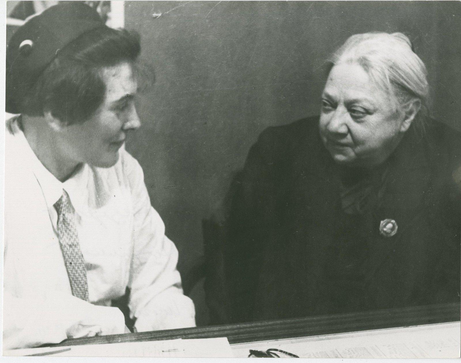 1936. Надежда Константиновна Крупская беседует с Пашей Ангелиной