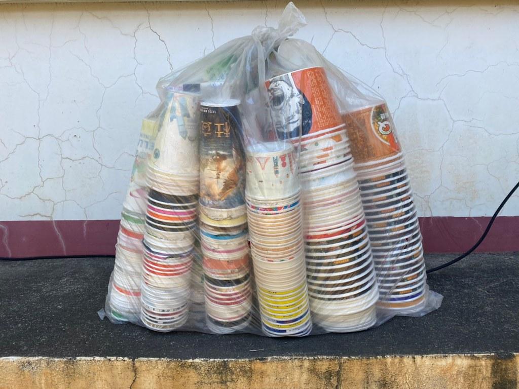 清潔隊員分類貯存紙餐具。照片提供:回收基管會