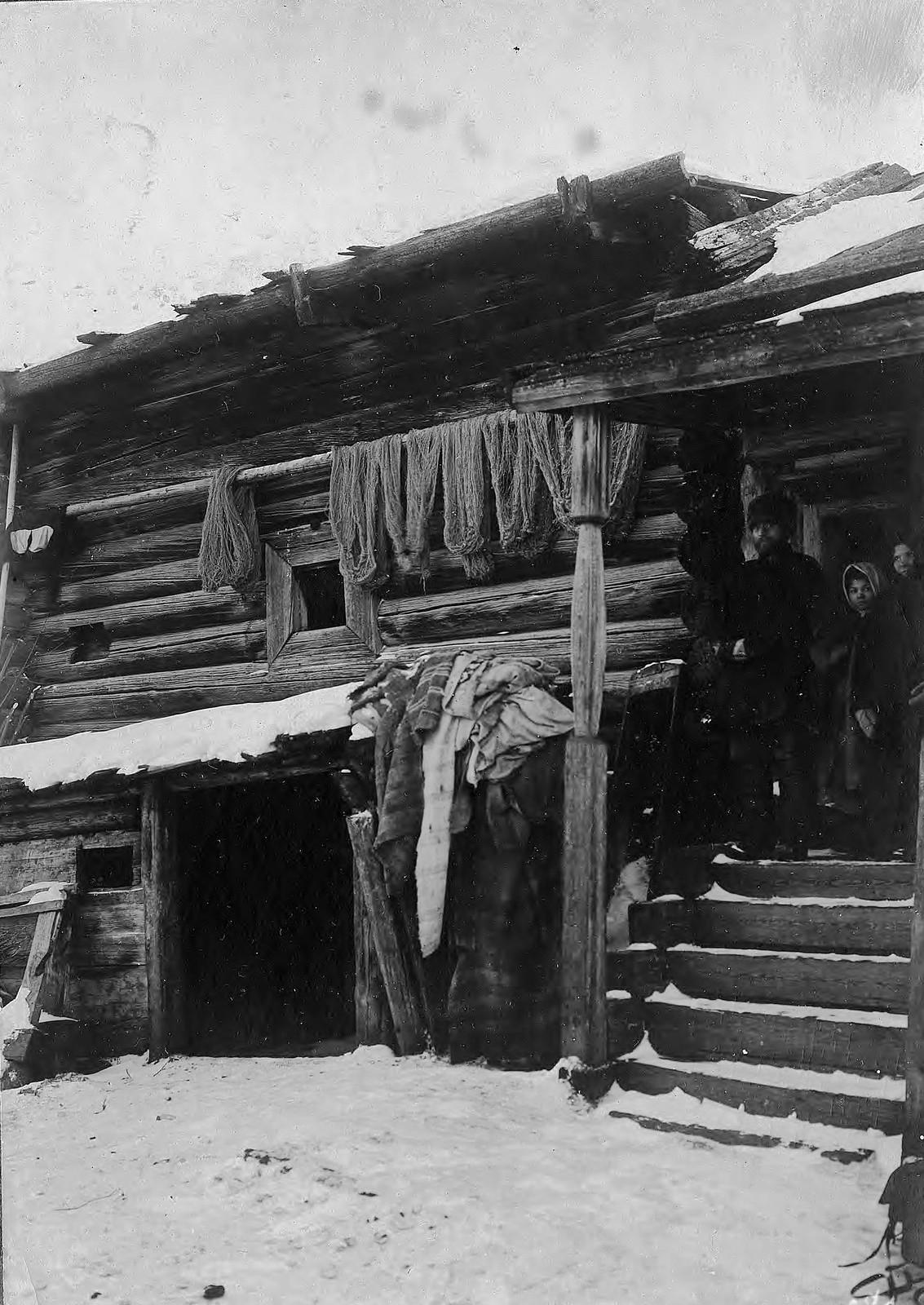 Старинная клеть в селе Богучанском Енисейского уезда