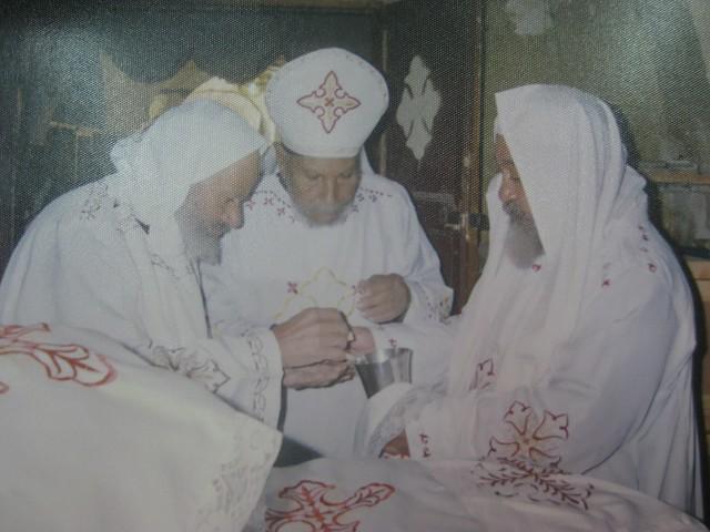 المتنيح القمص زخارى يتوسط القمص الراهب ارميا البراموسى والقمص ابرآم بدير السيدة العذراء والشهيد وادامون