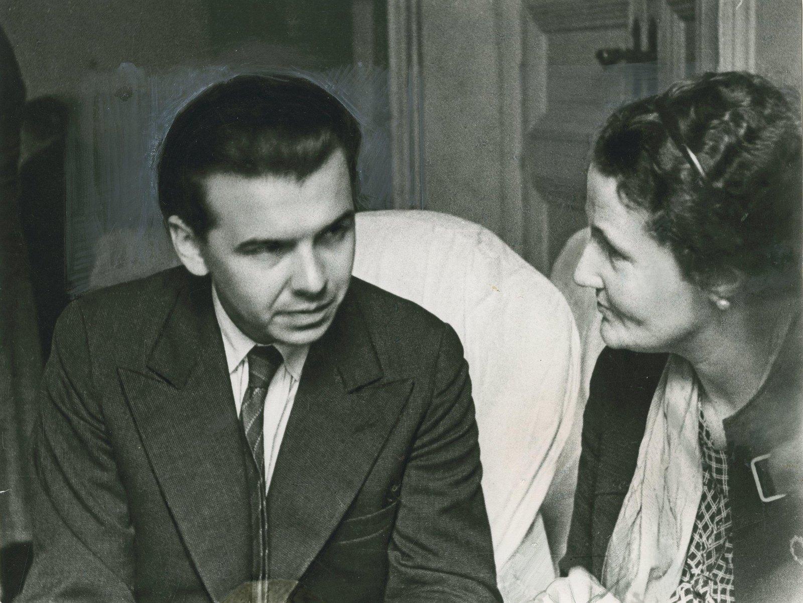 1934. Писатель Леонид Леонов (слева) беседует с английской писательницей на Первом Всесоюзном съезде советских писателей