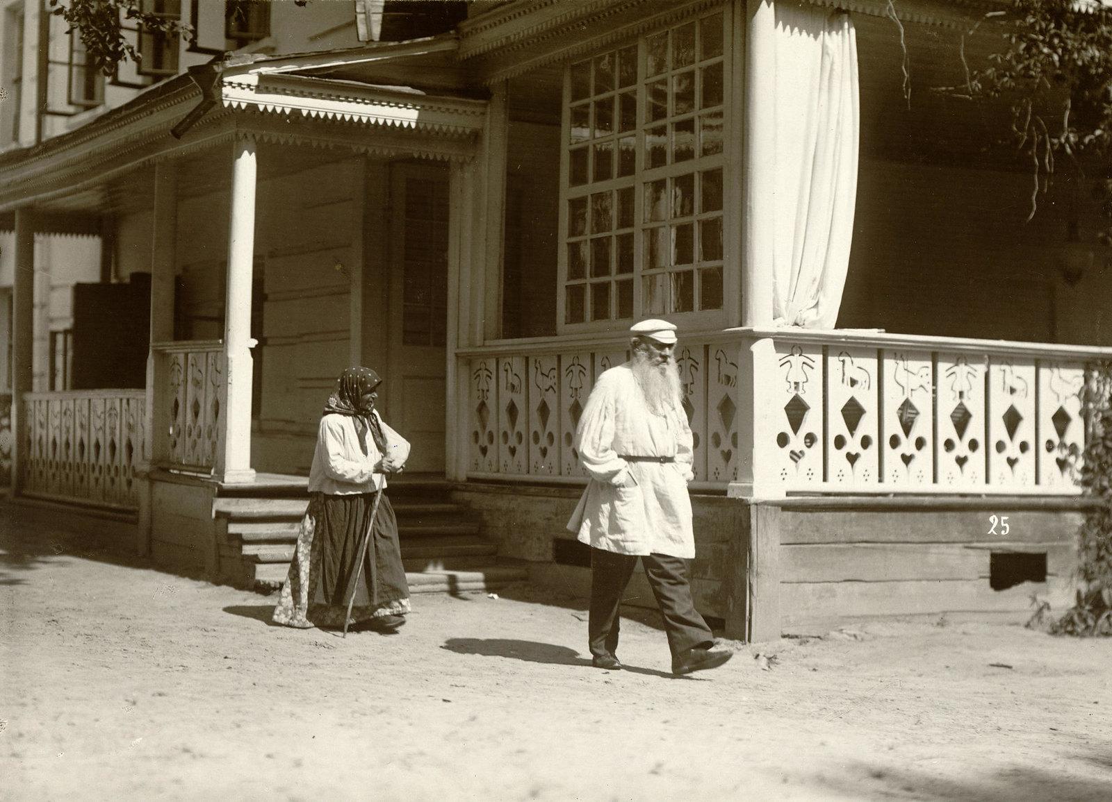 1908. Л.Н. Толстой и крестьянка деревни Ясная Поляна