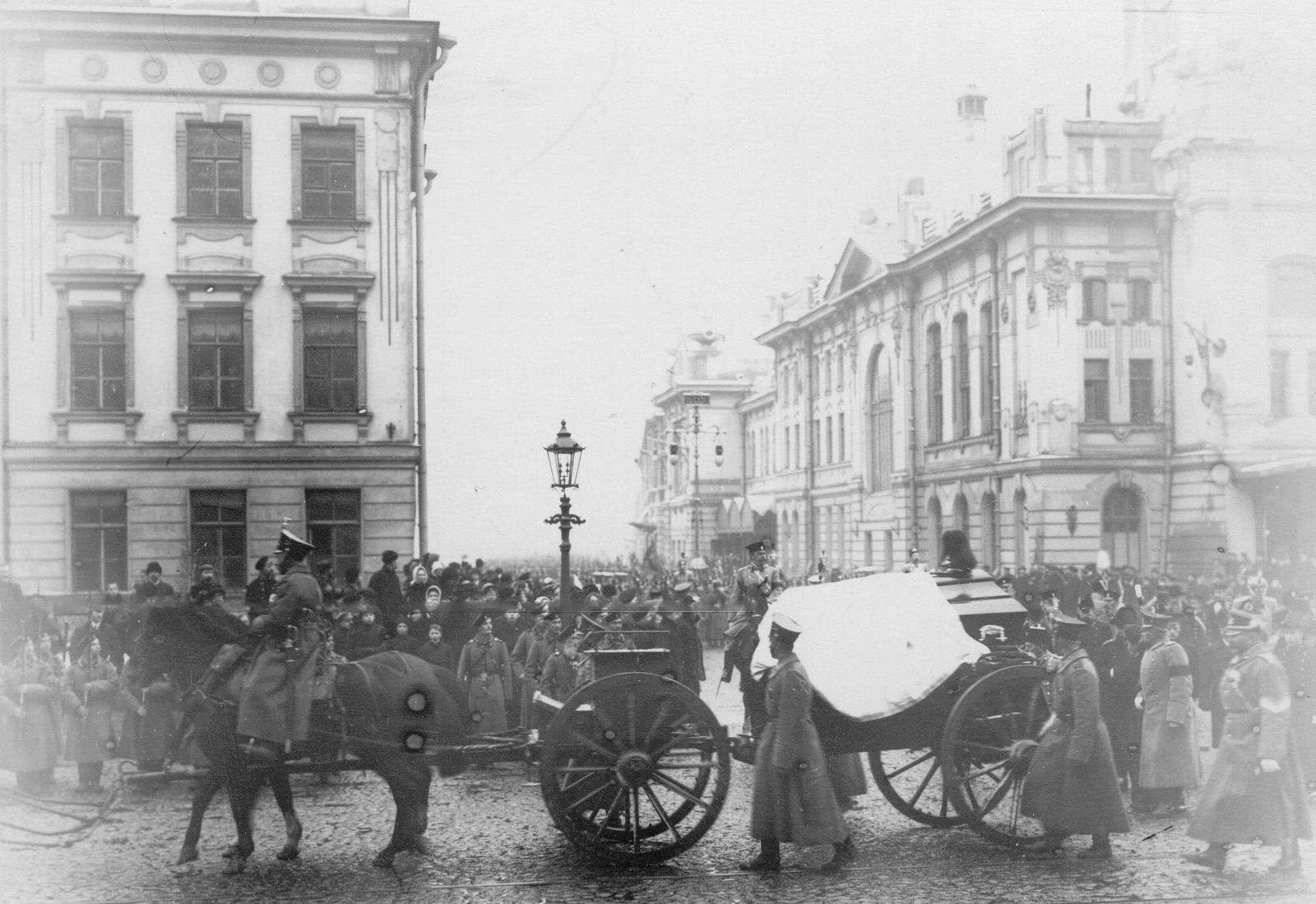 1911. Траурная процессия с гробом Карла Андреевича Шильдера, перевозимым с Царскосельского вокзала в батальонную церковь